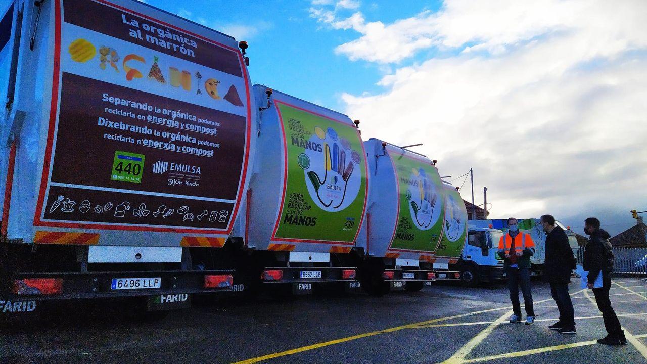 Un estudiante de la Universidad de Oviedo consulta la web en una biblioteca.Camiones recolectores de residuos de Emulsa, en Gijón