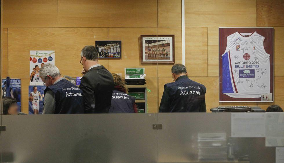 Funcionarios de Aduanas durante el exhaustivo registro realizado en las oficinas del Obradoiro.