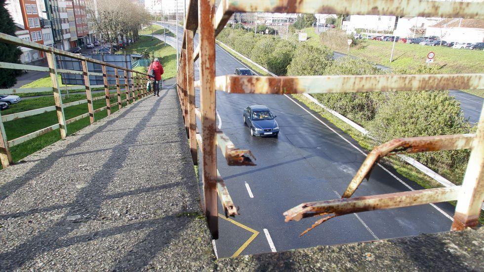 Hueco en una zona de la pasarela, donde la corrosion acabó por destrozar la barandilla