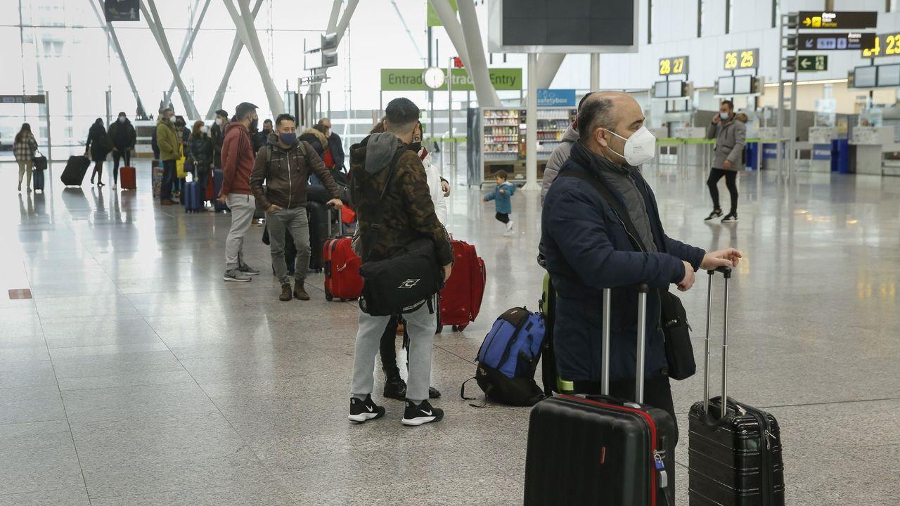 Alvedro ya realiza cribados a sus pasajeros.Pasajeras en el aeropuerto de Alvedro el pasado mes de septiembre