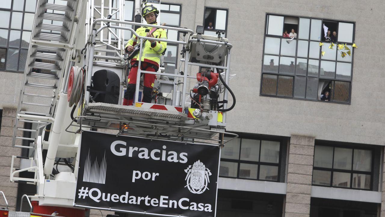 Mensaje de agradecimiento de los bomberos en la plaza de Área Central en Santiago
