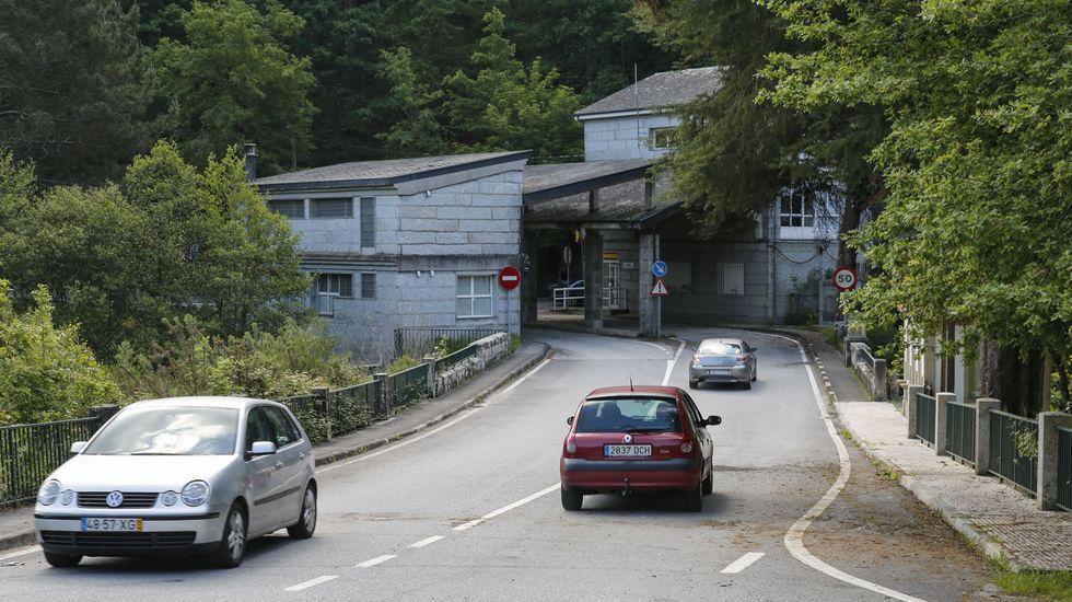 El paso fronterizo de Ponte Barxas, en el concello ourensano de Padrenda, amaneció sin obstáculos