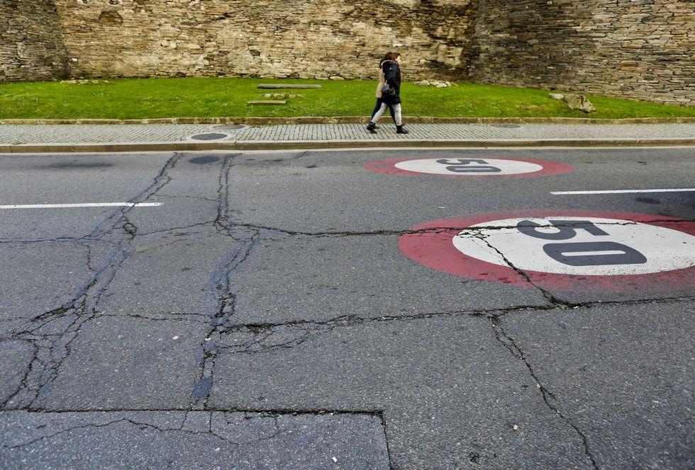 <span lang= es-es >A la altura de la calle Monforte</span>. El pavimento está destrozado en amplios tramos.