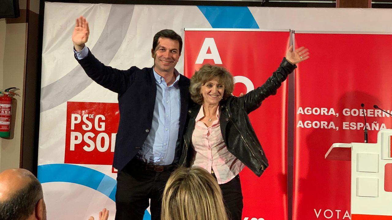 El PSOE cierra campaña en Vimianzo.La exministra de Ciencia e Innovación Cristina Garmendia y Lucía Viñuela, hija de Margarita Salas, a la entrada del tanatorio