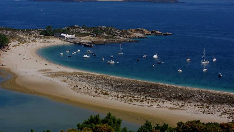 La Playa de Rodas, en las Islas Cíes, ha sido nombrada en varias ocasiones como mejor playa del mundo, constituye un entorno idílico y aislado.
