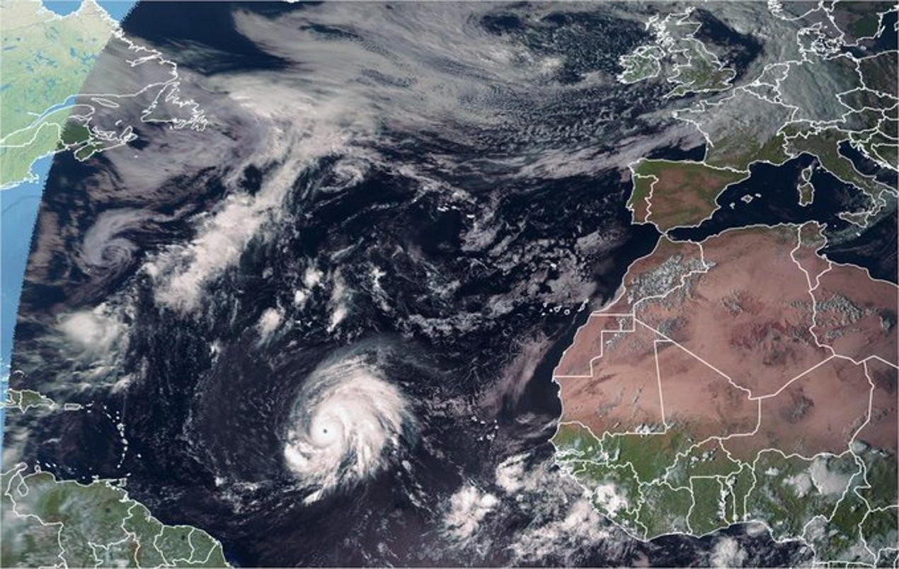 El huracán Lorenzo situado en el centro del Atlántico