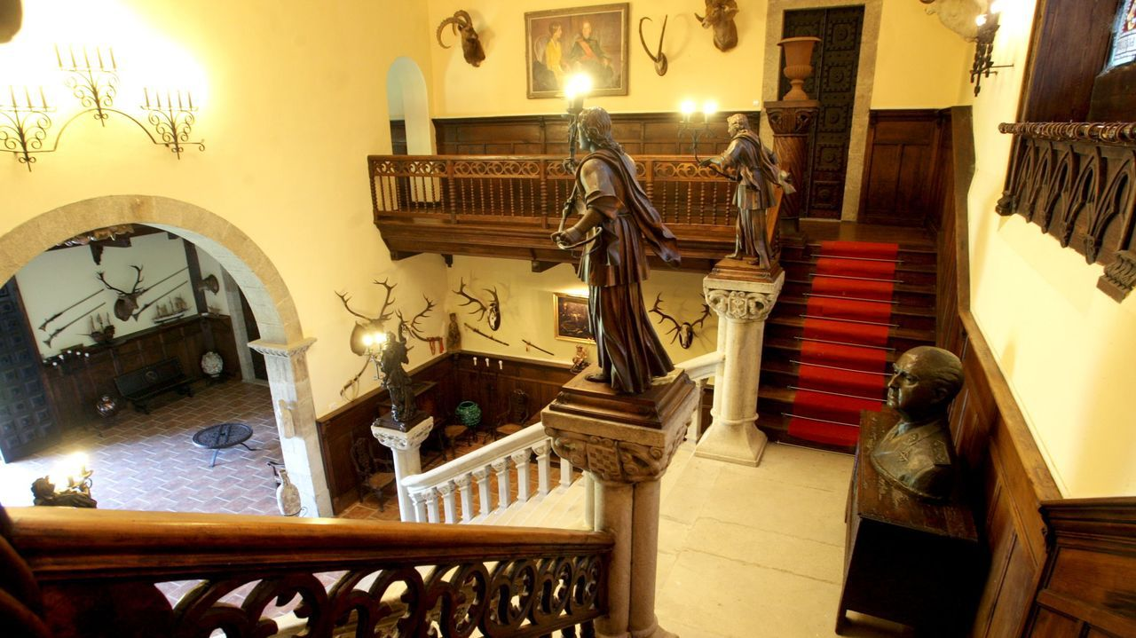 gato.Adornos, cuadros y esculturas, en el acceso principal del pazo de Meirás
