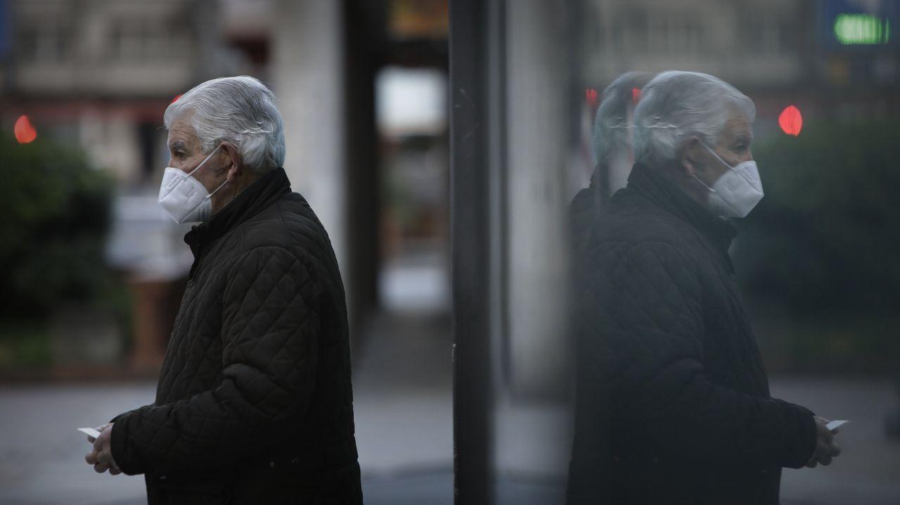 El Comité Técnico informa sobre las novedades de la pandemia en España.Un vecino de A Coruña con mascarilla