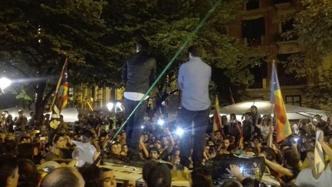 Jordi Cuixart y Jordi Sánchez, subidos a un coche de la Guardia Civil