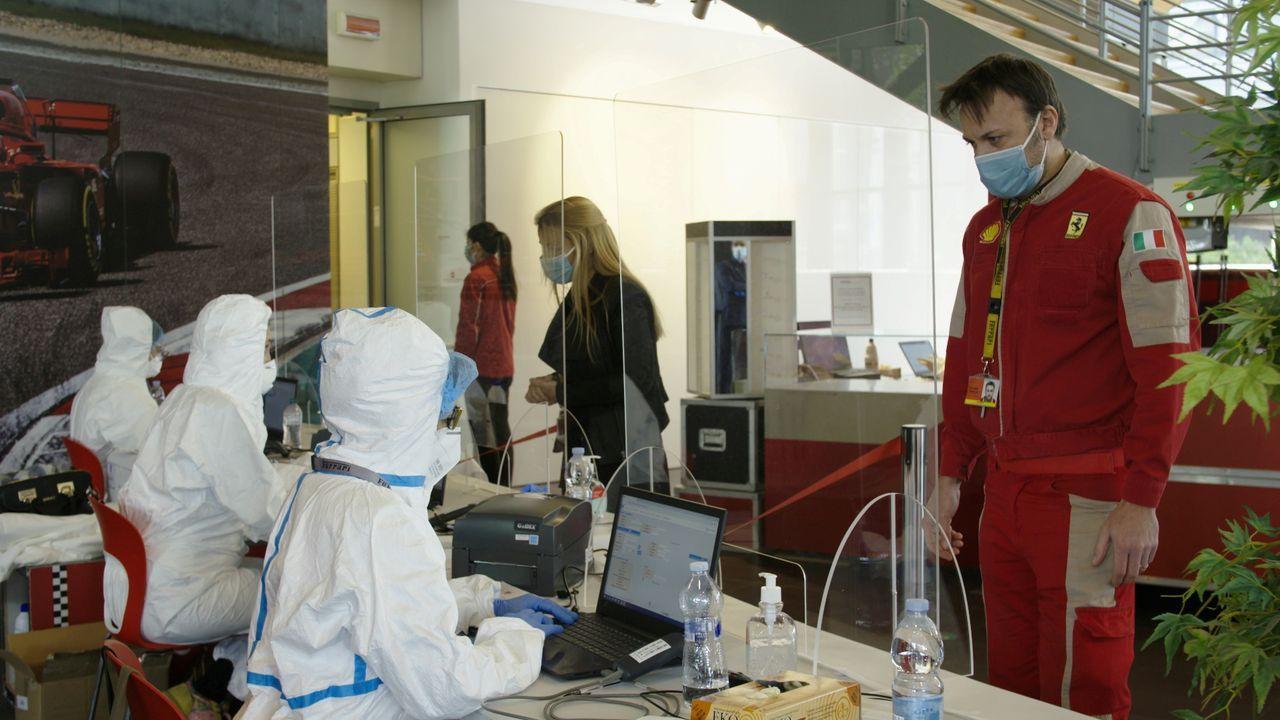 Los empleados de Ferrari, en Maranello, cuidan las medidas de seguridad