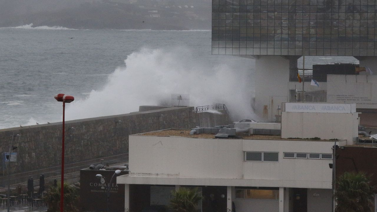 Así transcurrió en Ferrol la First Lego League.Las olas superan el dique de abrigo.