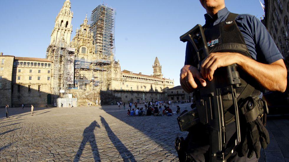 Despliegue policial en Compostela.El presidente Fraçois Hollande (derecha) y el ministro de Interior francés, Bernard Cazaneuve (izquierda) en el minuto de silencio celebrado en París por las vícitmas de Niza