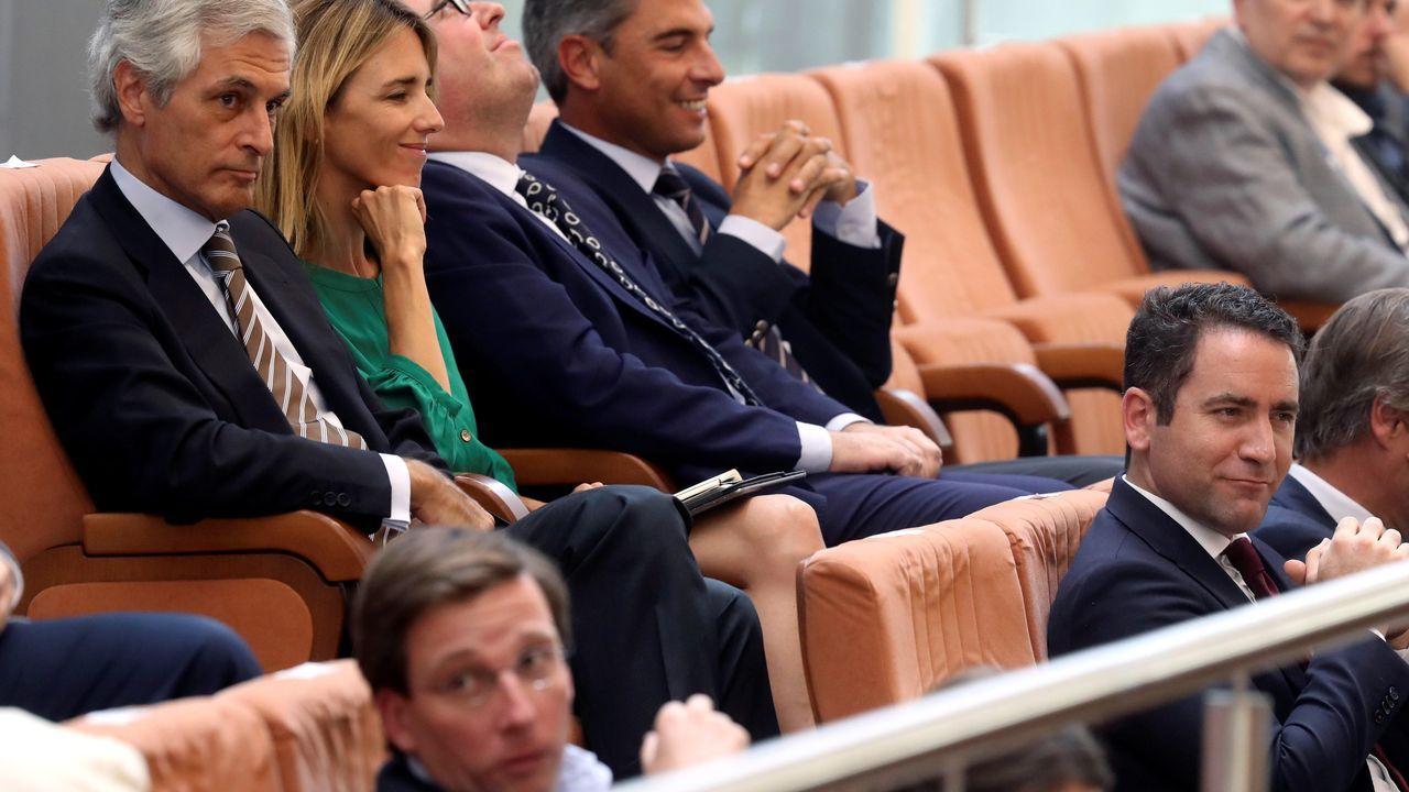 Destacadas personalidades del Partido Popular contemplan la sesión de investidura de su candidata Díaz Ayuso