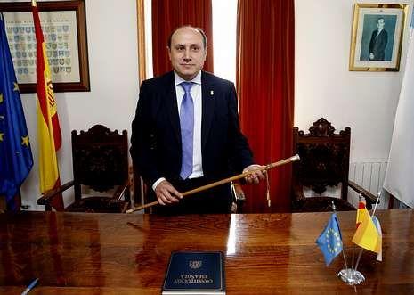 El recien elegido mandatario local en el salón de plenos con el bastón de mando.