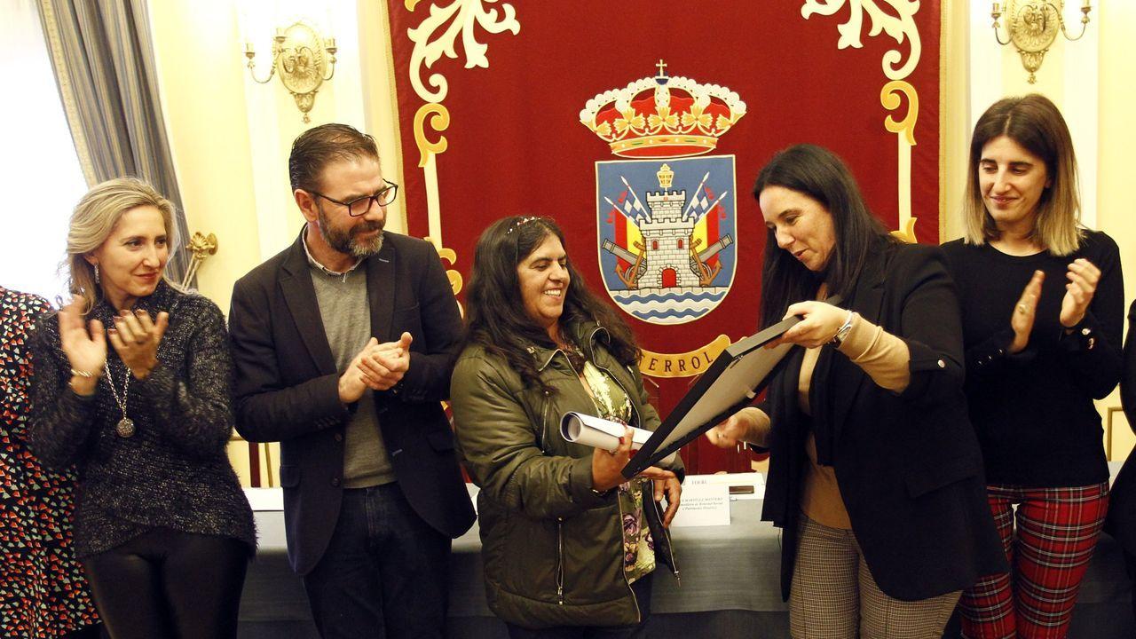 Luis Abelleira, presidente provincial de la Cruz Roja, e Isabel Rodríguez, subdelegada del Gobierno, en la entrega