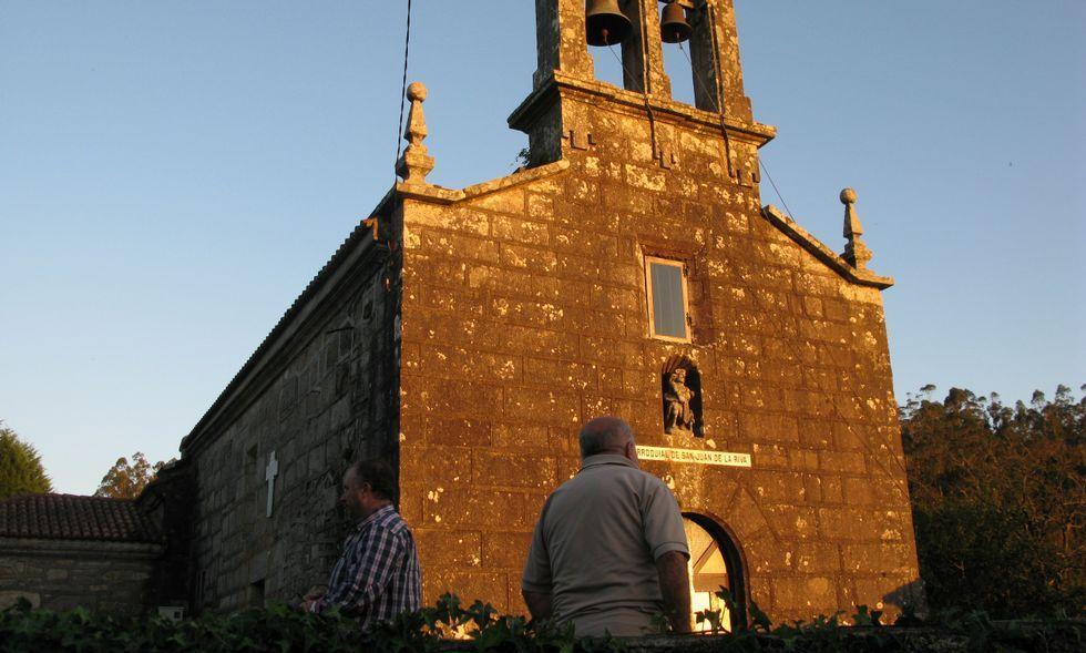 Apertura de la puerta de la misericordia de la Catedral de Santiago.Los vecinos de A Riba denuncian que la iglesia no necesita la instalación eléctrica que pide el cura.