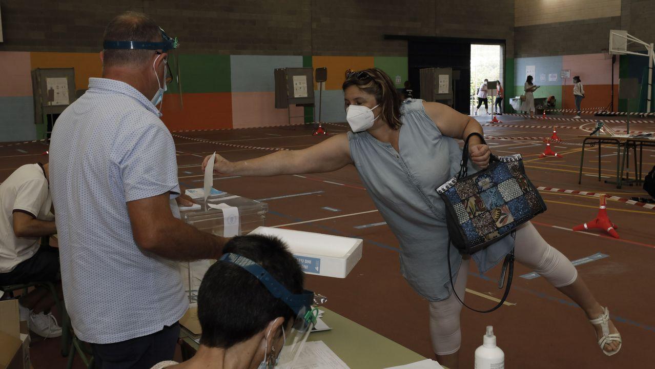 La distancia de seguridad dejó escenas llamativas en los colegios electorales. Esta, en A Mariña