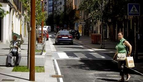 Los coches volvieron ayer a Orillamar tras el cierre parcial de la calle hace dos meses y medio.