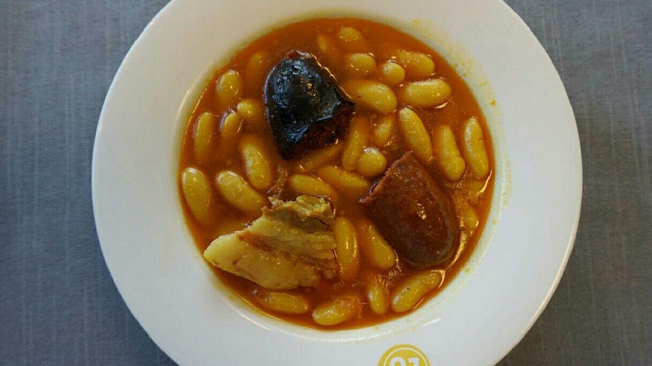 Unafamilia francesa que busca sus orígenes en Asturias.Fabada del restaurante la Sauceda