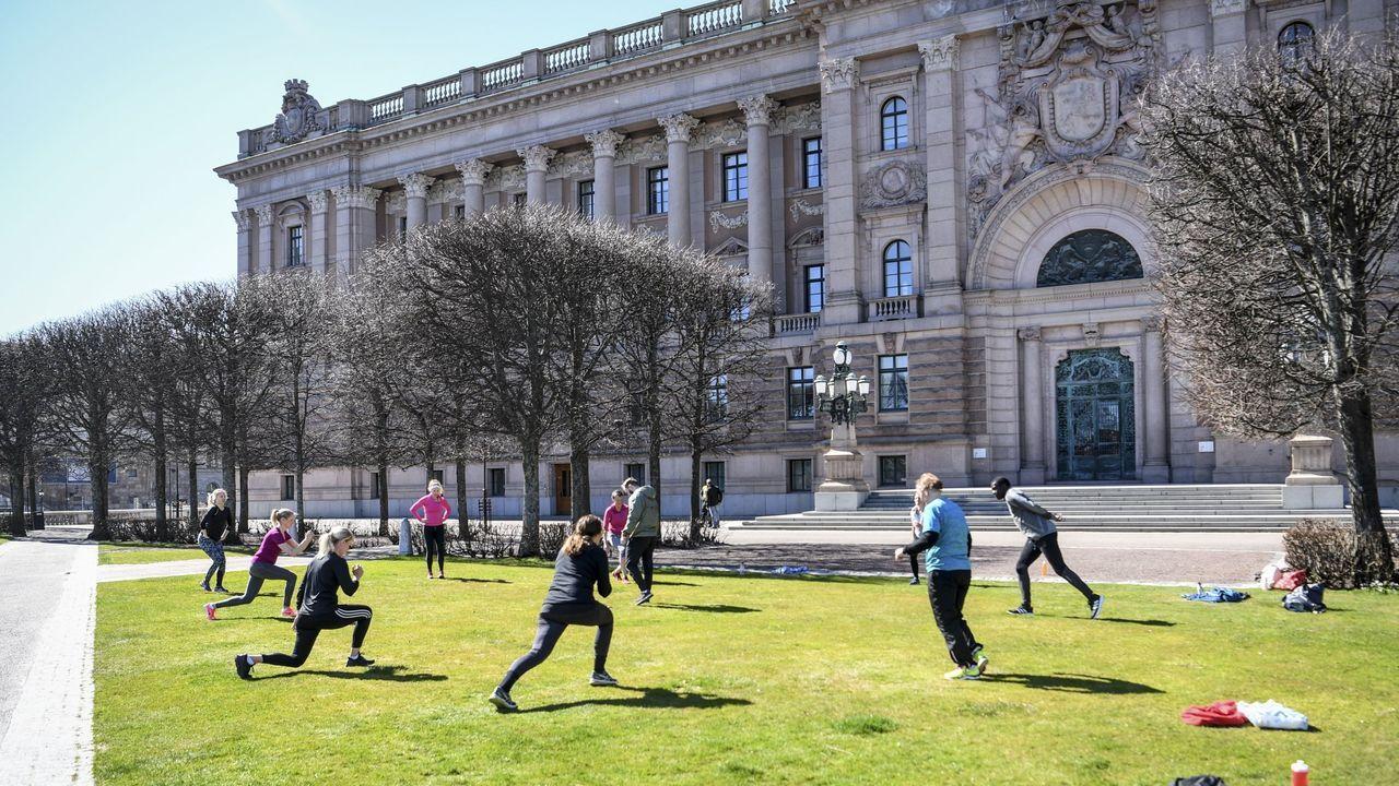 Personas haciendo ejercicio al aire libre en el centro de Estocolmo (Suecia), manteniendo la distancia de seguridad entre ellas