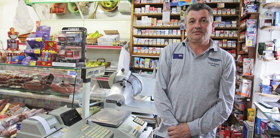 Fruta, carne, detergente y... tabaco. Tomando ejemplo de los casi extintos ultramarinos, Luis Alberto ofrece de todo en su tienda. No cierra ningún día del año, ni siquiera los festivos.