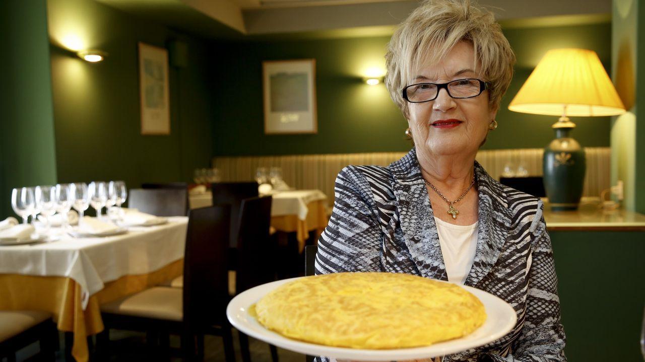 Atrapado en una pista de Irixoa.María Barallobre, fundadora de La Penela, con una de tortilla estilo Betanzos, especialidad de la casa