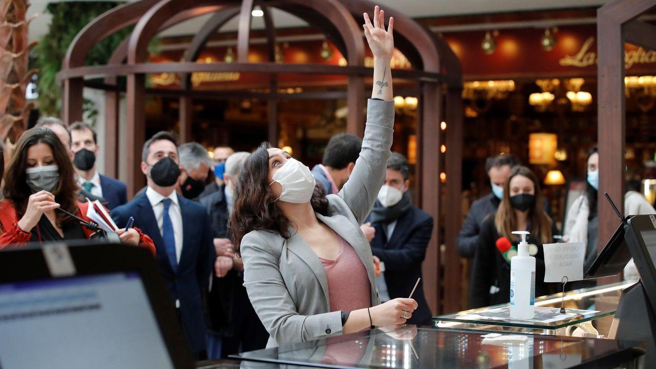 La presidenta de la Comunidad de Madrid, Isabel Díaz Ayuso, durante una visita a la nueva zona de restauración y hostelería de un centro comercial