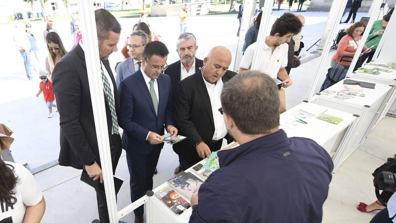 El presidente español, Pedro Sánchez, le regala unos patucos para su primer nieto a la presidenta de la Comisión, Ursula Von der Leyen, ante la mirada de Angela Merkel