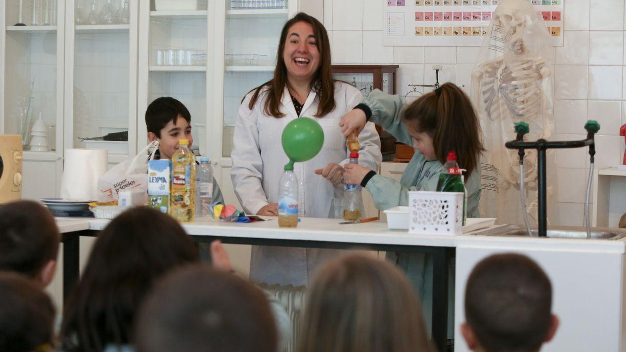 La investigadora Isabel Rial volvió a su antiguo colegio, el Valle Inclán, para hablar a los niños de su trabajo y hacer varios experimentos