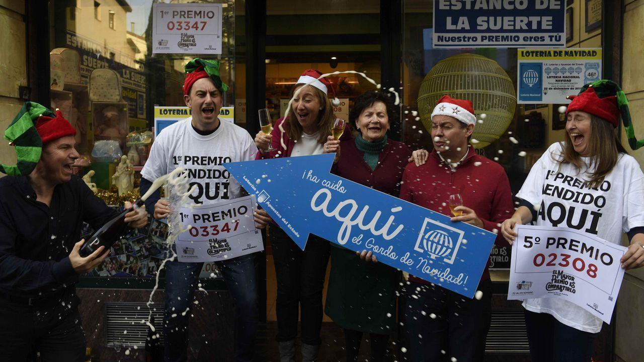 Celebración en la administración de la callle Jovellanos de Oviedo que han repartido parte del gordo y del quinto premio del sorteo de la Lotería de Navidad