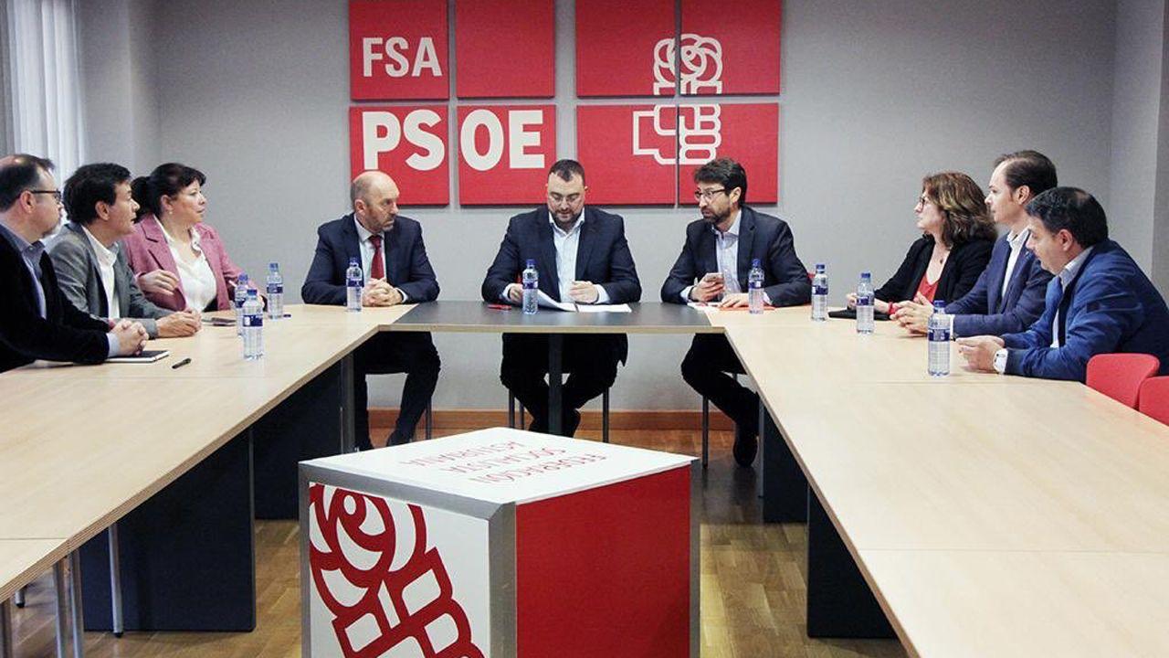 El candidato a la presidencia del Principado, Adrián Barbón, reunido junto a un grupo de asesores, expertos en economía, innovación y mercado laboral