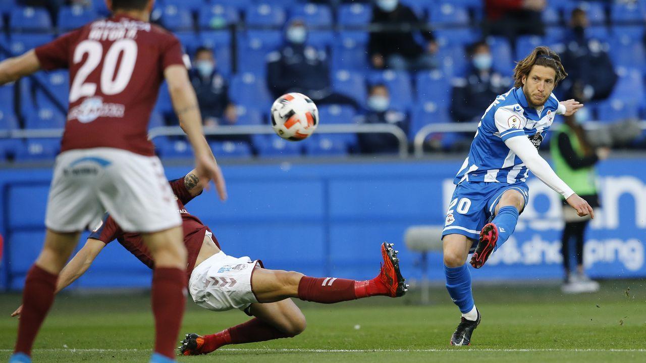 Las imágenes del partidoentre el Pontevedra y el Coruxo.Los jugadores del Vetusta, antes de un encuentro