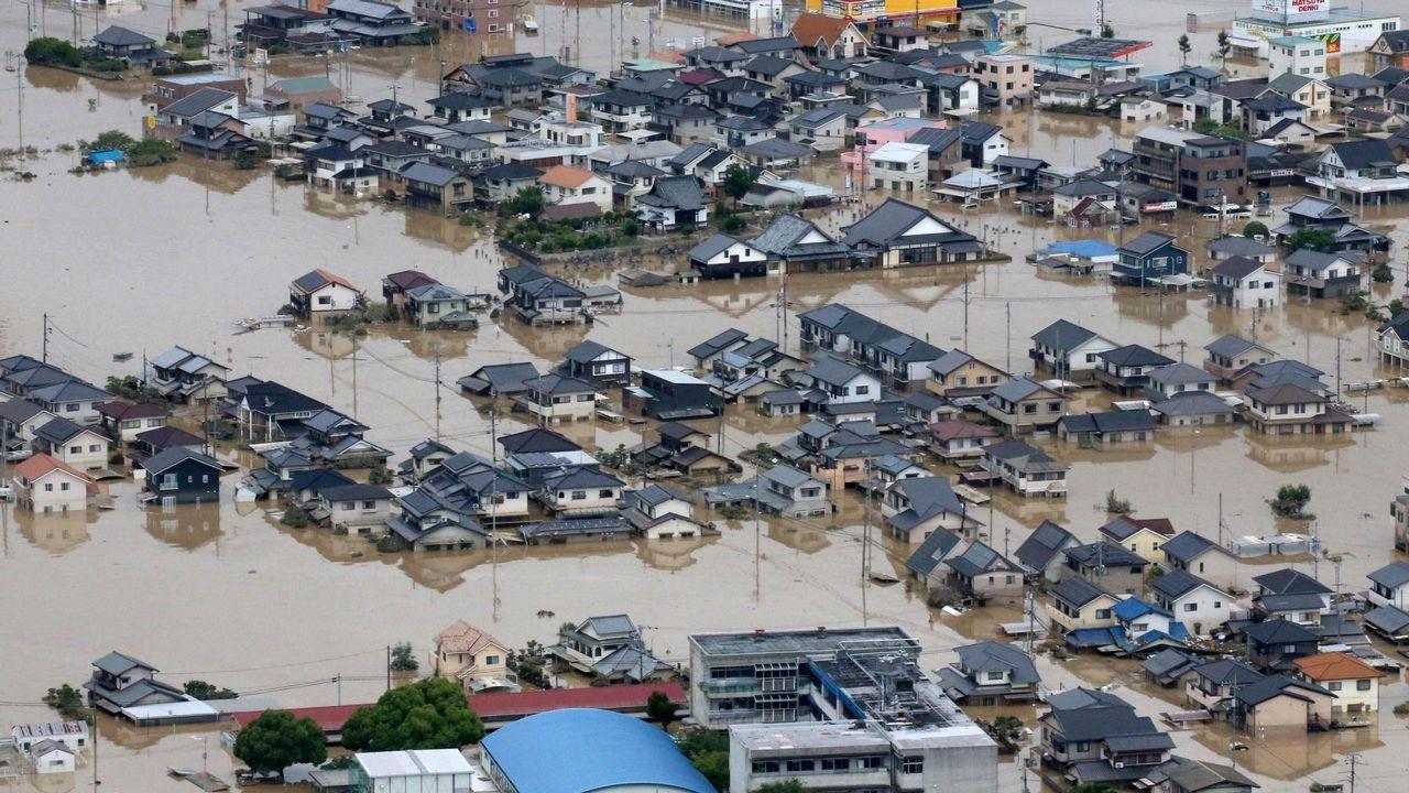Fuertes lluvias en Japón arrasaron con la vida de 70 personas y 60 conitúan desaparecidas.Un corrimiento de tierras en Kumano destrozó una casa