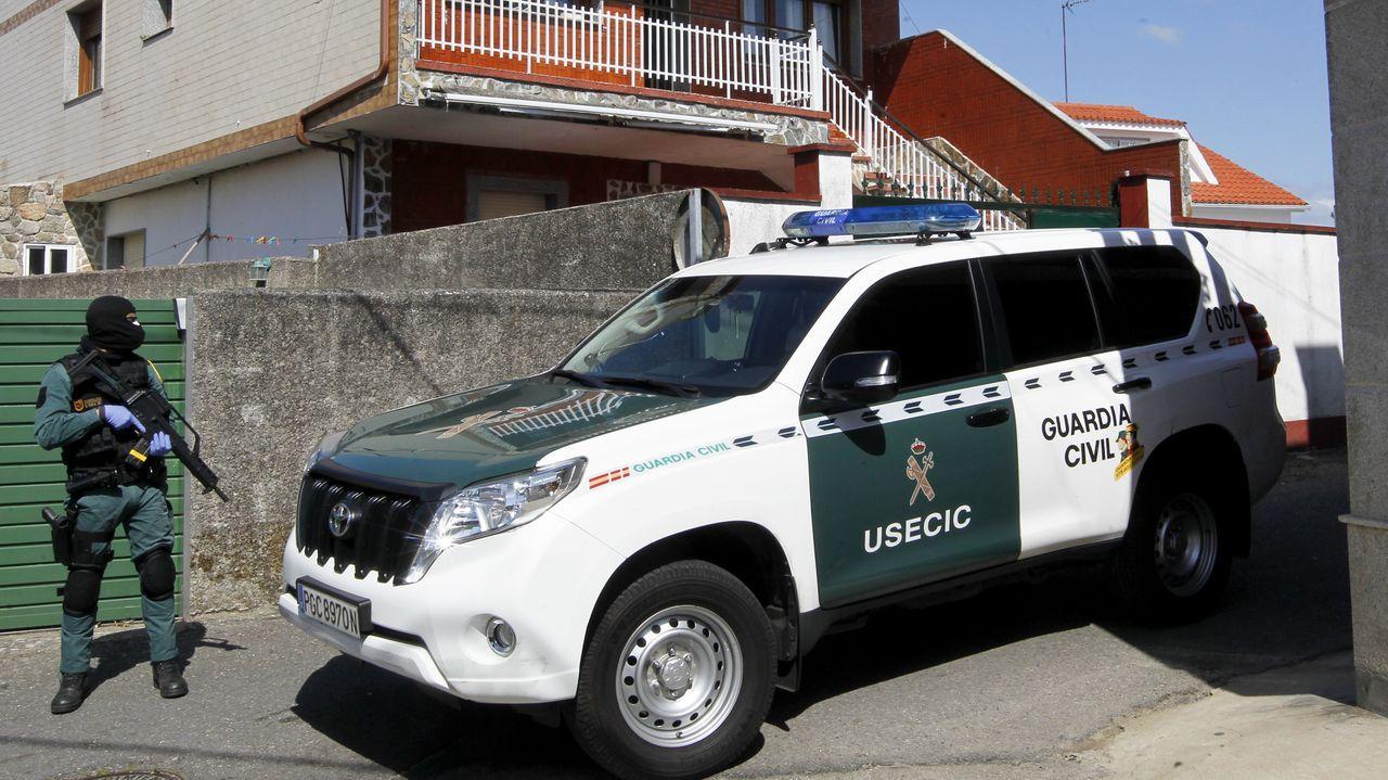 La Guardia Civil, durante un registro en A Illa de Arousa tras la incautación de 3.700 kilos de cocaína en la ría