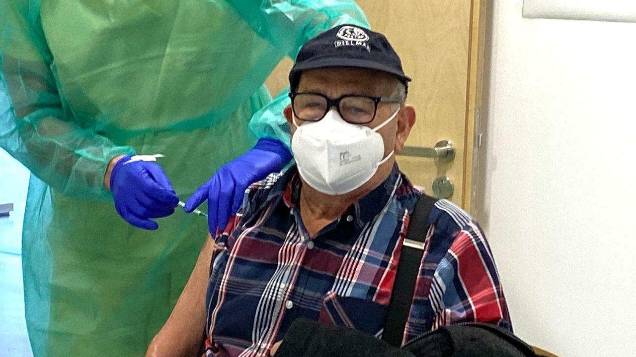 Los primeros mayores de 80 que no viven en residencias vacunados contra el covid en Galicia.El proyecto de reforma fue presentado ante el propio centro de salud de Ribadavia