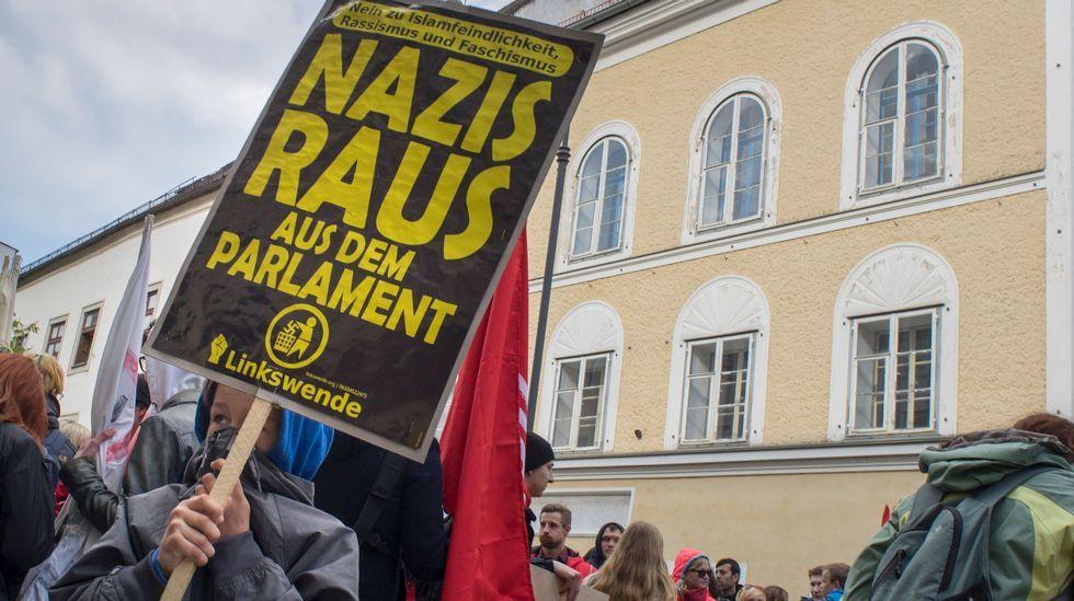 El emotivo mensaje de la última superviviente del Holocausto.Un grupo de manifestantes se manifiestan, en abril del 2015, contra el nazismo