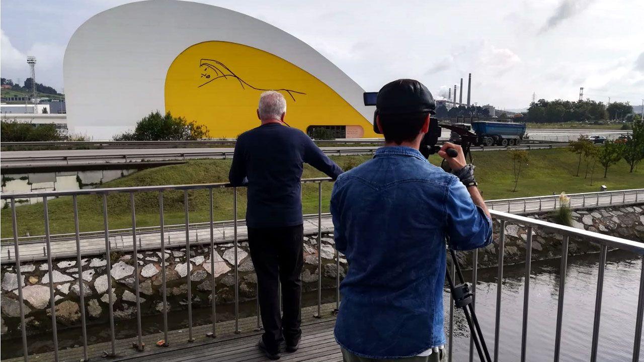 Víctor Manuel rueda el videoclip de 'Allá arriba al norte' en el Niemeyer