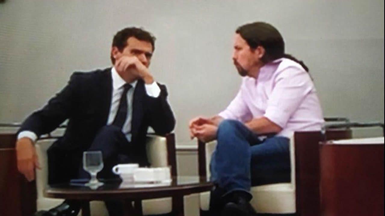 Iglesias y Rivera, en la cafetería del Congreso en una foto difundida por el alcalde de Valladolid, Óscar Puente, en las redes sociales