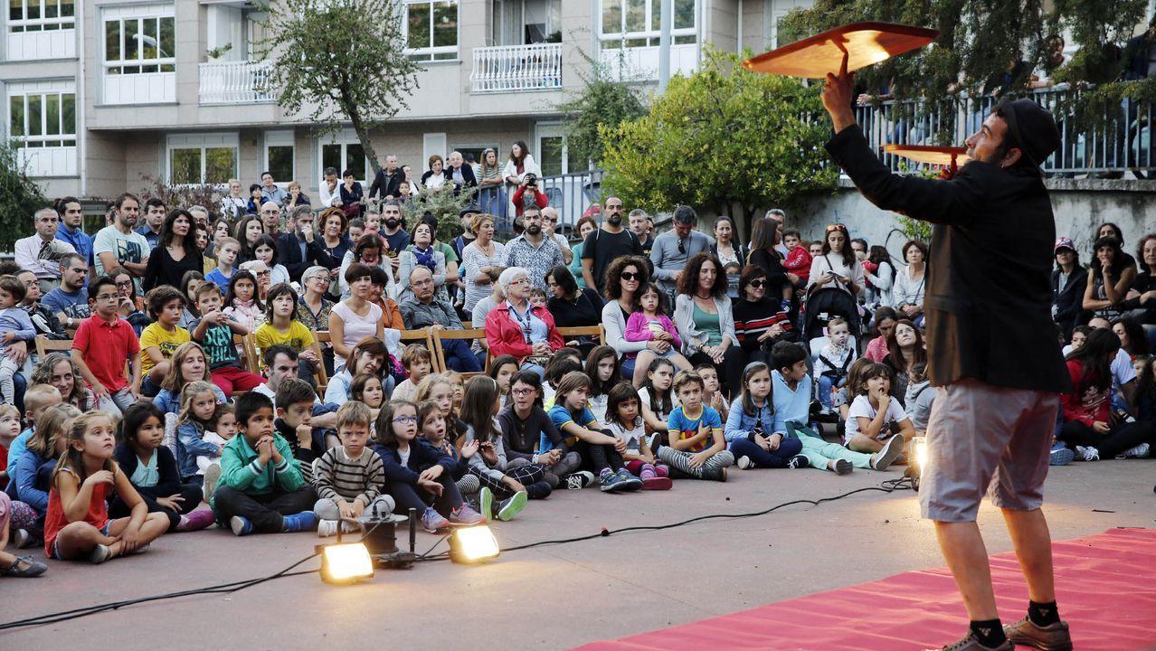 Ramon Conde supervisa el montaje de la exposición que abrirá en noviembre en el centro cultural de Ourense.La gala de clausura se celebró en la noche del sábado en el auditorio de Ourense