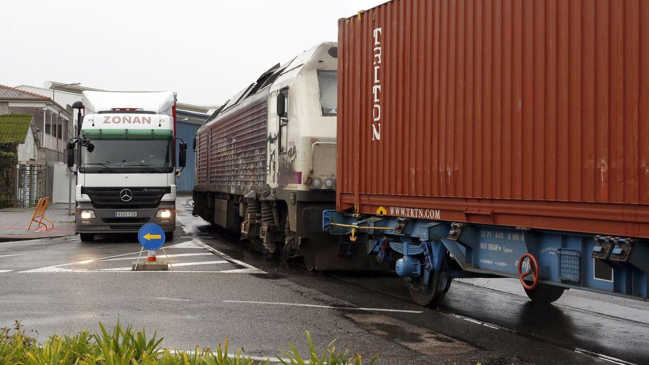 Tráfico intenso en el puerto de Vilagarcía.Un tren circula por una vía nevada en Pajares