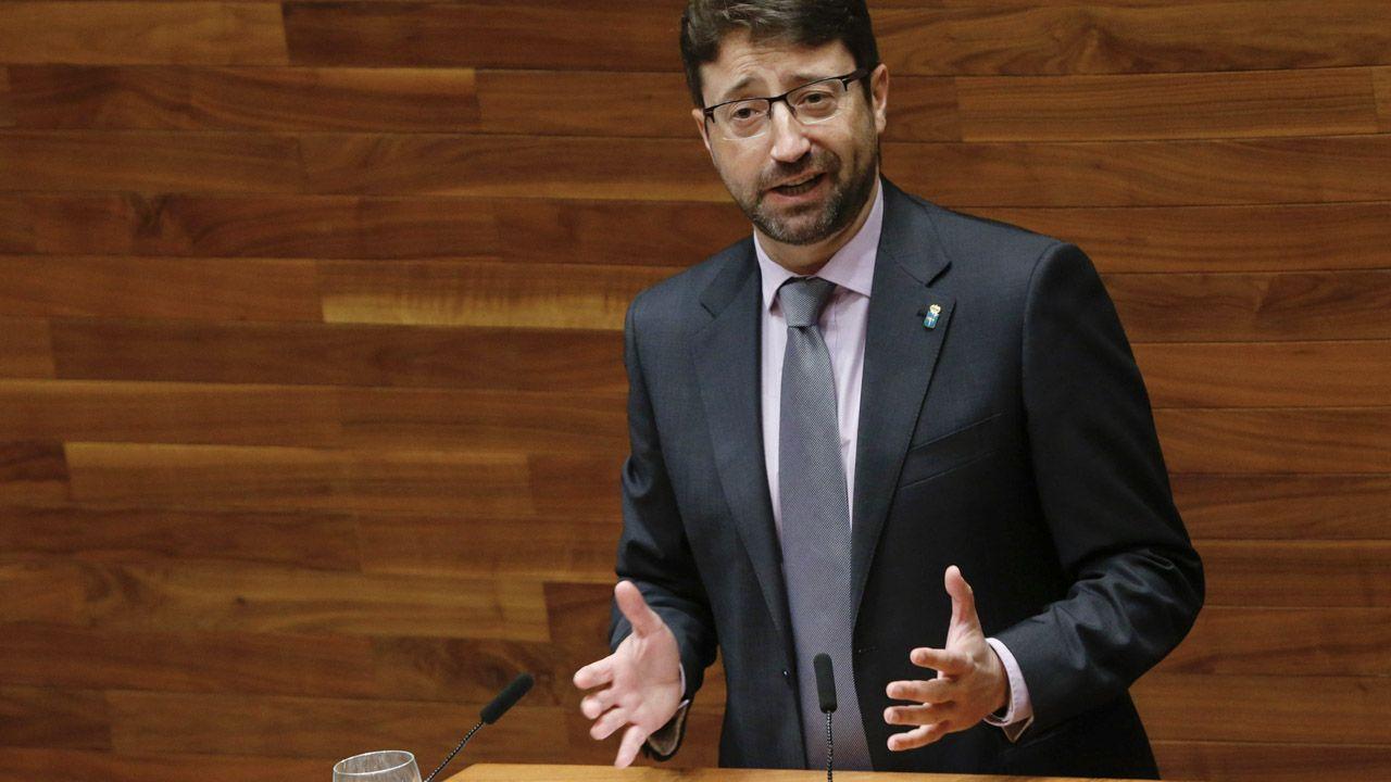 El consejero de Empleo e Industria, Enrique Fernández, en la Junta General del Principado