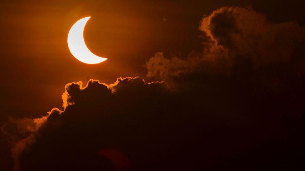 Imagen del eclipse desde una playa de Indonesia.