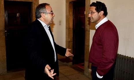 Conde Roa -derecha- charla con Bugallo cuando ambos estaban en el Concello.