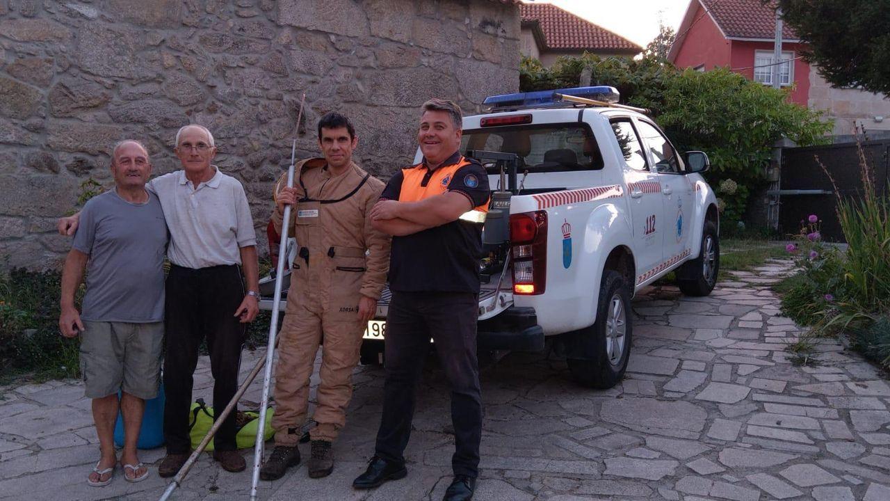 Entroido en septiembre.El alcalde de Vilaboa, enfundado en el traje para retirar velutinas, junto a tres vecinos de la localidad