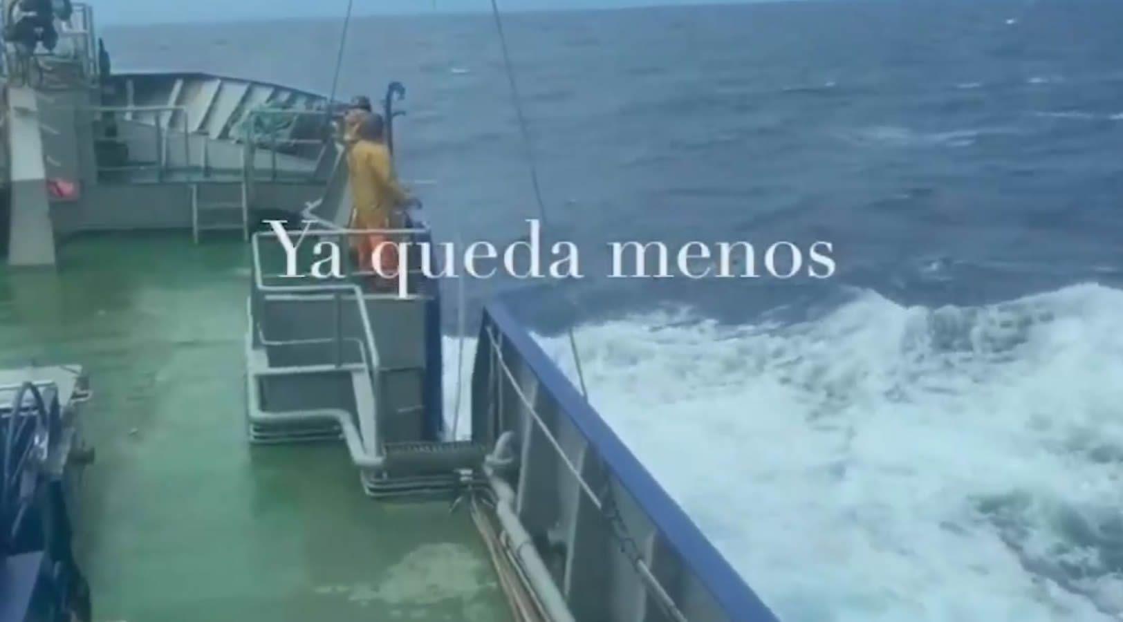 Los héroes de la pesca animan a capear esta tormenta perfecta.Dos ejemplos de empresas del sector naval juntos en Burela: a la izquierda, Varaderos Vibu, con pesqueros en reparación y mantenimiento; y a la derecha, Armón Burela, con buques en construcción