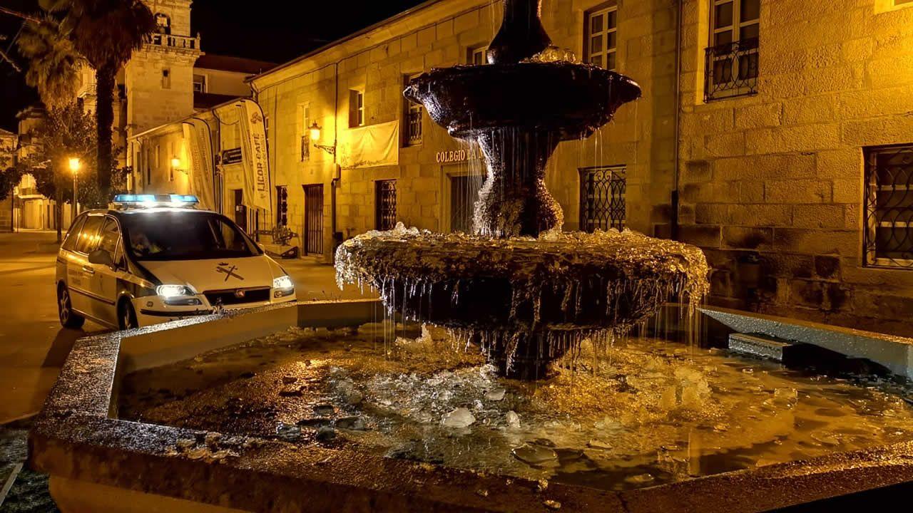 Galicia, de nuevo helada.Los leones del parque de O Pasatempo, en Betanzos, están inundadas pintadas