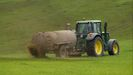 Un tractor abona con purín un prado en la provincia de Lugo en una imagen de archivo
