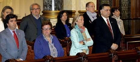 <span lang= es-es >En recuerdo a las víctimas</span>. El pleno arrancó con un minuto de silencio en recuerdo de la última víctima de la violencia machista en la ciudad. En la fotografía, los concejales del PP, en pie en las bancadas del gobierno, durante ese homenaje.