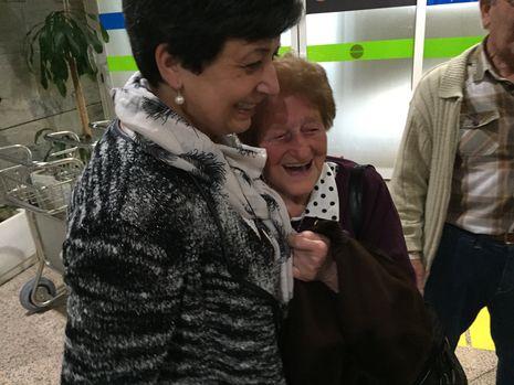 Extra.Manuela, a la derecha abrazada a un familiar