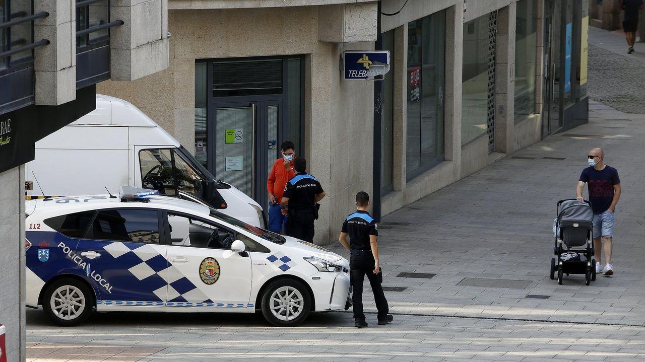 Un policía investiga un delito a través de Internet